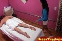 Азиатская массажистка мастурбирует клиенту