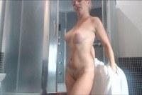 Блондинка моется в душе и мастурбирует