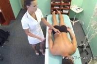 Горячая брюнетка медсестра делает массаж