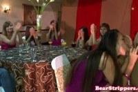 На девичнике раскрепощенные девушки делают минет