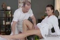 Грудастая секси телка трахается после массажа
