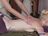 Брюнетка сделала массаж блондинке