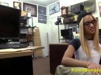 Горячая худенькая блондинка в очках