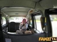 Таксист трахнул телку с розовыми волосами