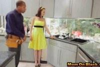 Молоденькая домохозяйка изменила с сантехниками