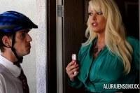 Сексуальная зрелая блондинка трахнулась с курьером