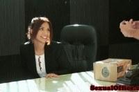 Трахает девушку в офисе