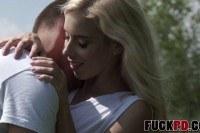 Красивая блондинка с маленькими сиськами