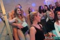 Девушки сосут члены на вечеринке
