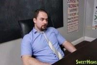 Сексуальная брюнетка трахается с учителем