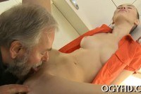 Старик делает куни молодой девушке