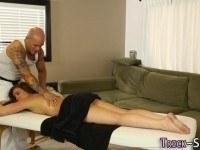 Девушка отблагодарила парня за хороший массаж