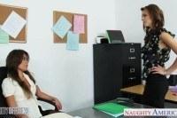 Секретарши лесби занялись сексом в офисе