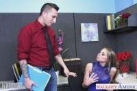 Парень выебал блондинку на полу в офисе
