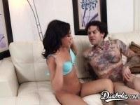 Татуированный парень ебет брюнетку на диване