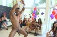 Девушки сосут члены стриптизерам на вечеринке