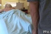 Парень делает массаж худенькой блондинке