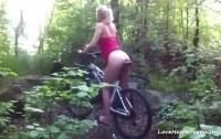 Голая девушка на велосипеде