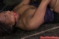 Связанная молодая негритянка с кляпом во рту
