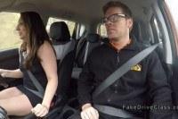 Две девушки и парень трахаются в машине