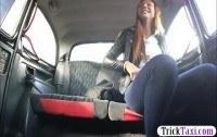 Веселая девчонка трахается с таксистом