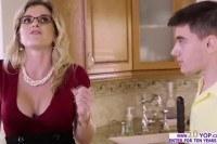 19 летний парень трахает красивую мамку на кухне