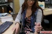 Секс в офисе с красивой девушкой в очках