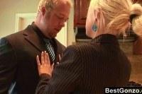 Босс ебет блондинку перед важной встречей