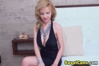 Милая блондинка расставила ножки перед камерой