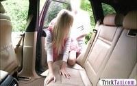 Секс в машине с развратной блондинкой