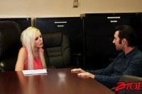 Блондинка босс в офисе с подчиненным