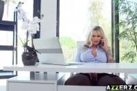 Зрелая трахается в офисе с подчиненным