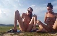 Две молоденькие девушки мастурбирует на природе