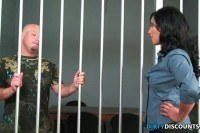 В тюрьме красивая брюнетка трахается с заключенным