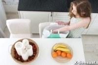 Секс с 18 летней девкой на кухне