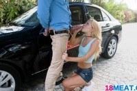 Блондинка сделала парню минет возле машины
